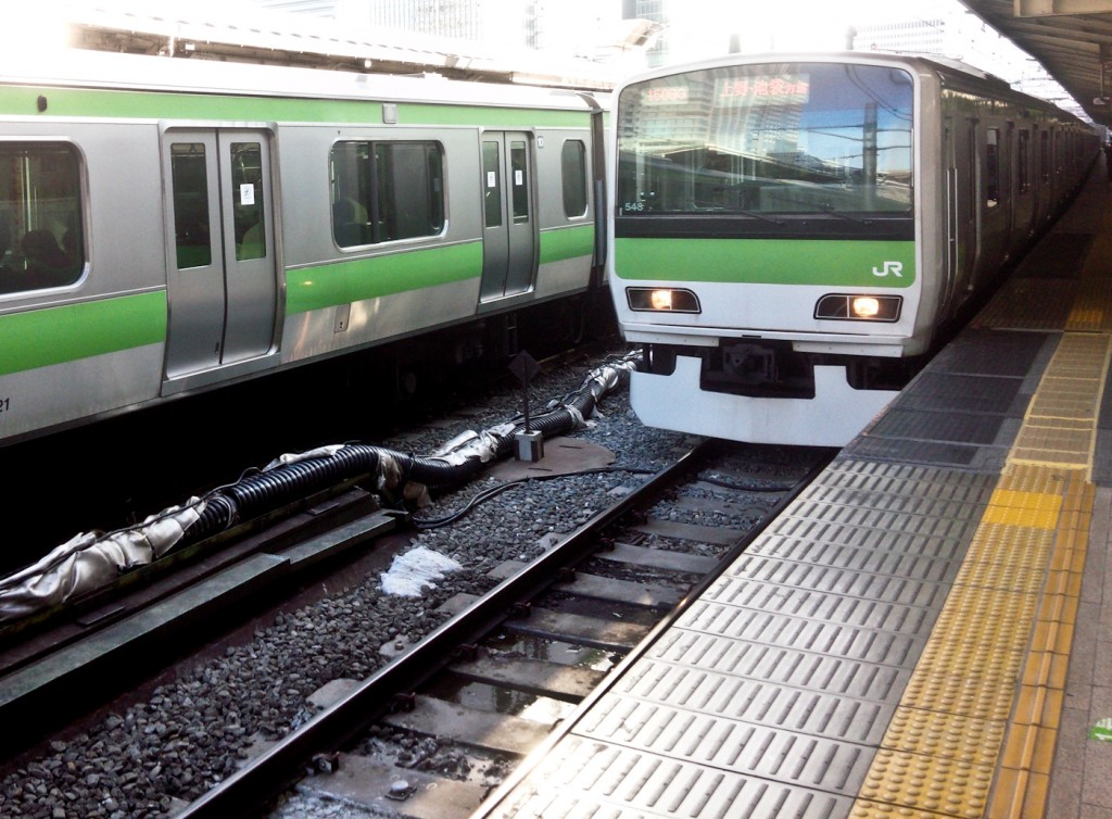 A Yamanote Line train approaches. This is the kind of pictures train nerds take.